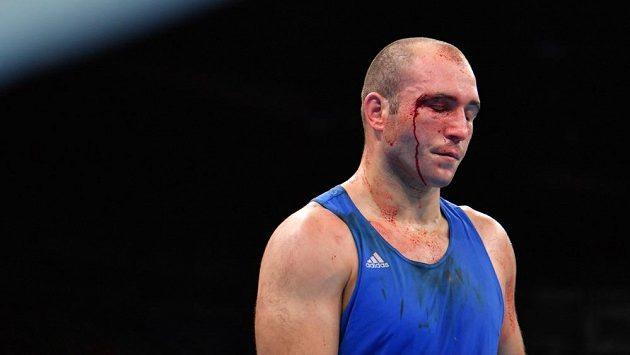 Krvácející rumunský boxer Mihai Nistor na olympiádě v Riu. Ani tady se vysněné medaile nedočkal.