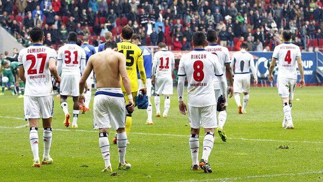 Zdrcení fotbalisté Hamburku po prohře v Augsburgu.