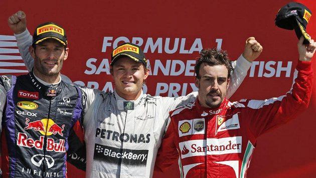 Fernando Alonso (vpravo) nakonec slavil v Silverstonu třetí místo. V průběhu závodu ale unikl o vlásek neštěstí.
