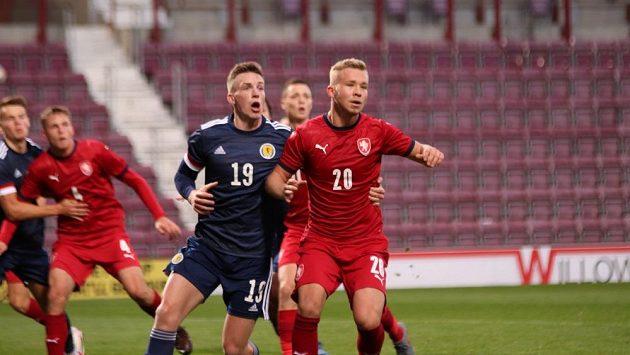 Útočník Václav Drchal (vpravo) v souboji s Lewisem Fergusonem ze Skotska v kvalifikačním zápase ME hráčů do 21 let.
