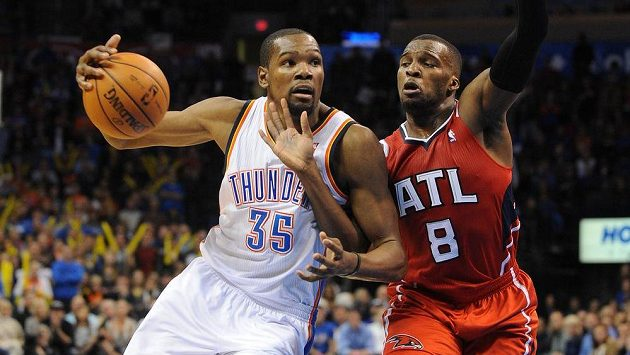 Basketbalista Oklahomy Kevin Durant (č. 35) drží míč před bránícím Shelvinem Mackem z Atlanty.