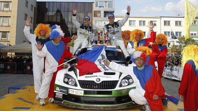 Jan Kopecký (vpravo) a Pavel Dresler s fanoušky po vítězství při Barum rallye 2013 - archivní fotografie.