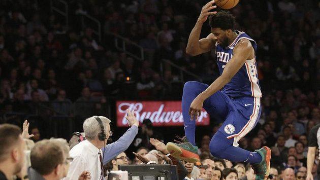 Basketbalista Philadelphie 76ers Joel Embiid skáče do publika Madison Square Garden během utkání s New Yorkem Knicks.