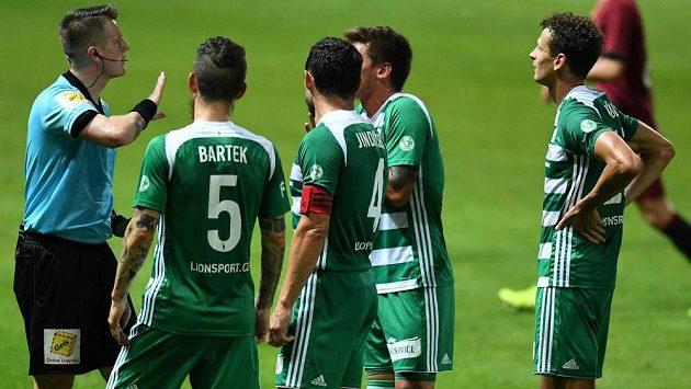 Fotbalisté Bohemians se zlobí na rozhodčího během derby se Spartou.