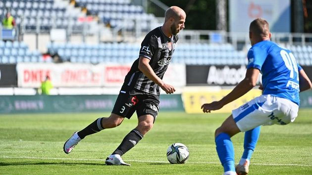 Kapitán Českých Budějovic Martin Králik (vlevo) a útočník Baníku Ladislav Almási v utkání 3. kola Fortuna ligy.