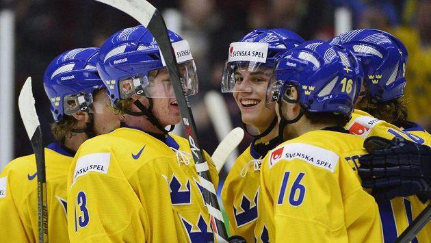 Hokejisté Švédska se radují z gólu proti Norsku v utkání na MS do 20 let.