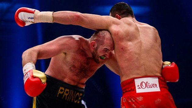 Tyson Fury (vlevo) v listopadovém souboji s Vladimirem Kličkem. Uskuteční se odveta?