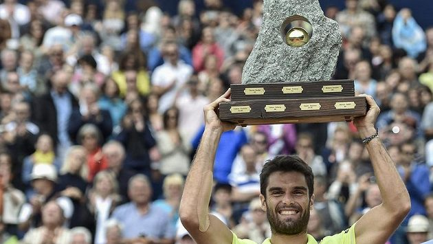 Španěl Pablo Andujar se raduje z triumfu na turnaji v Gstaadu.
