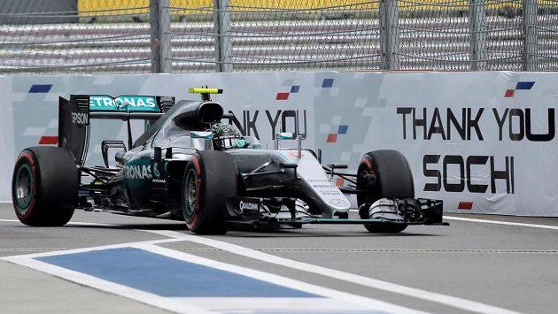 Německý pilot Nico Rosberg na trati během kvalifikace v Soči.