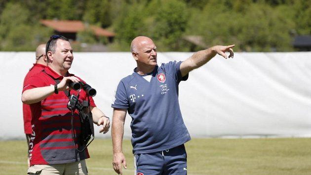 Pavel Reich, šéf ochranky pečující o český fotbalový tým, s manažerem fotbalové reprezentace Dušanem Fitzlem (vpravo).