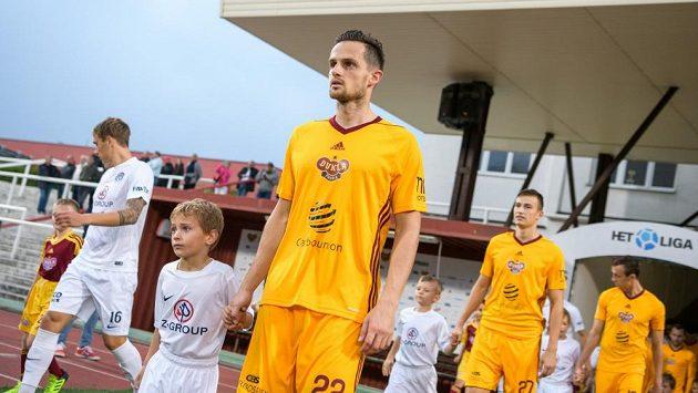 Obránce Dukly Mario Holek (vpředu) nastupuje na Julisce k ligovému zápasu se Slováckem.
