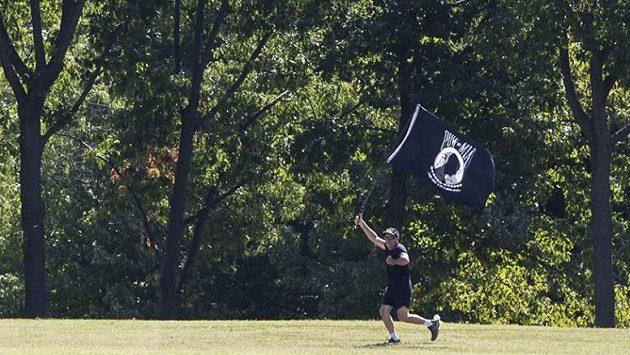 Mike Bowen s vlajkou. Tak ho všichni znají.