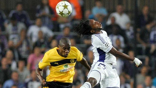 Dieumerci Mbokani z Anderlechtu (vpravo) v hlavičkovém souboji Edwinem Ouonem z Limassolu.