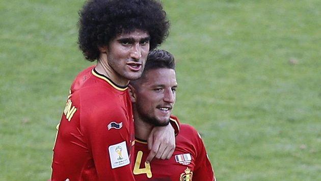 Marouane Fellaini a Dries Mertens (vpravo) svými góly rozhodli o vítězství Belgie nad Alžírskem.