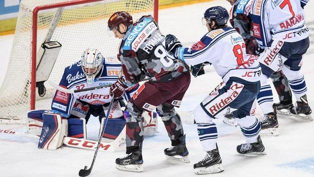 Miroslav Forman ze Sparty a vítkovický brankář Patrik Bartošák během utkání hokejové extraligy.