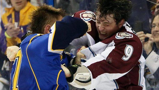 Vladimír Sobotka ze St. Louis Blues (vlevo) v pěstním souboji s Mattem Duchenem z Colorada.