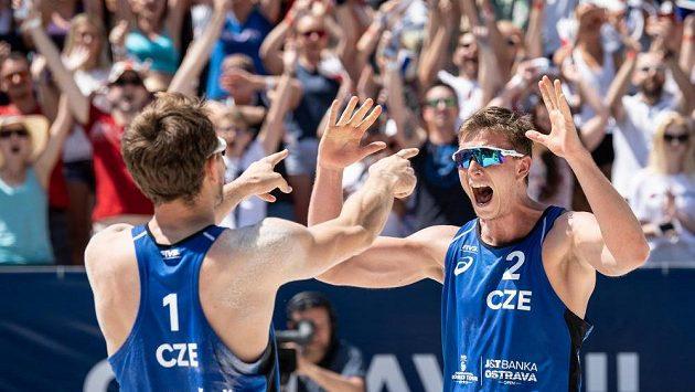 Čeští beachvolejbalisté Ondřej Perušič (vlevo) a David Schweiner oslavují vítězství a postup do finále během turnaje J&T Banka Ostrava Beach open 2019.