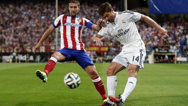 Fotbalista Xabi Alonso (vpravo) definitvně posílil Bayern.