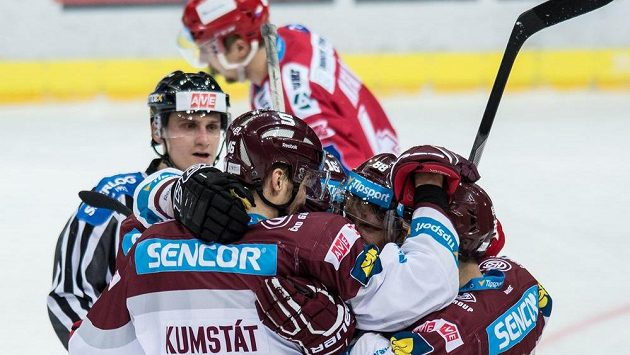 Hokejisté Sparty oslavují gól proti Třinci v O2 Areně v Praze.