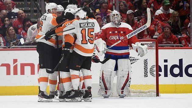 Hokejisté Philadelphie se radují z gólu proti Washingtonu Capitals.