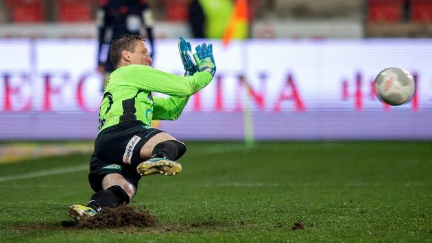 Teplický brankář Tomáš Grigar v nastavení chytá penaltu slávisty Josefa Hušbauera.