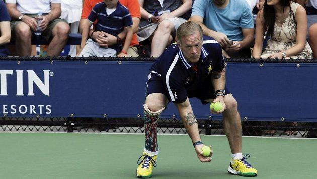 Třiapadesátiletý sběrač míčků Todd Reed.