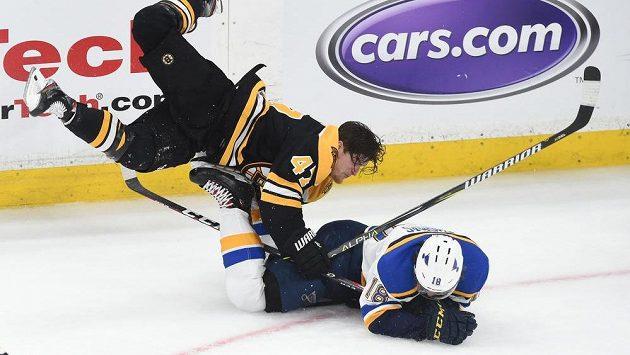 Útočník St. Louis Blues Robert Thomas schytal tvrdou ránu od obránce Bostonu Bruins Toreyho Kruga během třetí třetiny prvního zápasu finálové série NHL.