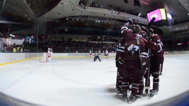 Hokejisté Sparty se radují z gólu v přípravném duelu proti Slavii.