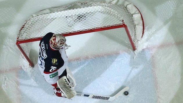 Švédský gólman Slovanu Bratislava Johan Backlund po jedné z inkasovaných branek proti CSKA Moskva.