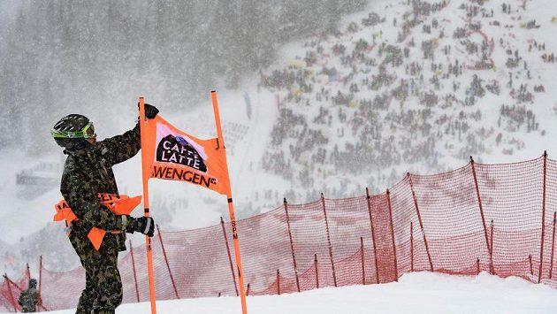 Přívaly sněhu způsobily, že se závodit ve Wengenu nedalo.