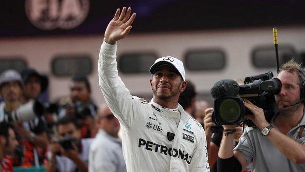 Lewis Hamilton v Sepangu krátce poté, co získal pole position.