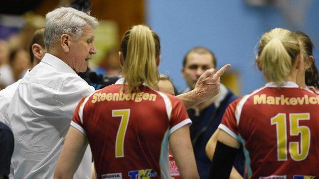 Trenér Prostějova Miroslav Čada (vlevo) radí svěřenkyním během duelu s Chemikem Police.