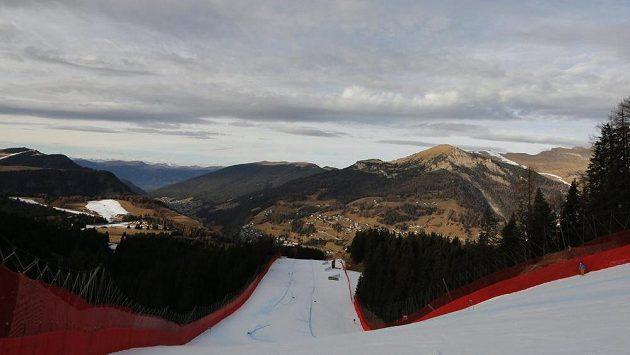 Na sjezdovce umělý sníh, vrcholky hor ve Val Gardeně bílé čepice nemají.