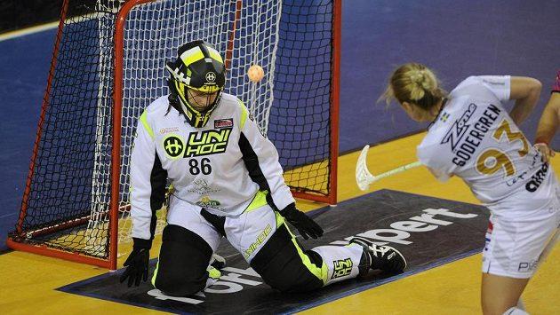 Vlevo brankářka Malmö Johanna Olssonová inkasuje gól od Emmelie Södergrenové z Pixbo.