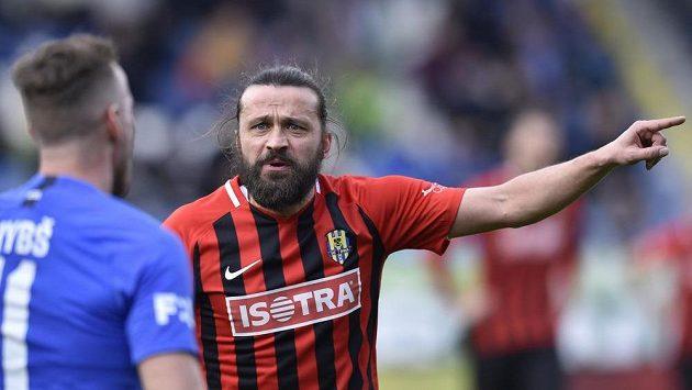 Zkušený fotbalista Pavel Zavadil z Opavy by chtěl narozenin slavit na trávníku.