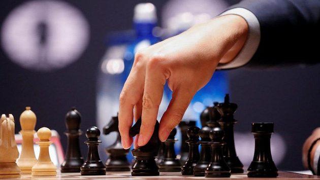 Z duelu o světový trůn Magnus Carlsen - Sergej Karjakin (ilustrační foto).