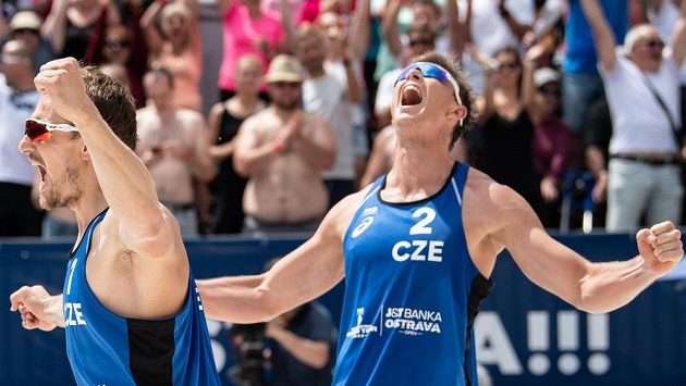 Čeští beachvolejbalisté Ondřej Perušič (vlevo) a David Schweiner oslavují vítězství a postup do čtvrtfinále turnaje J&T Banka Ostrava Beach open 2019.