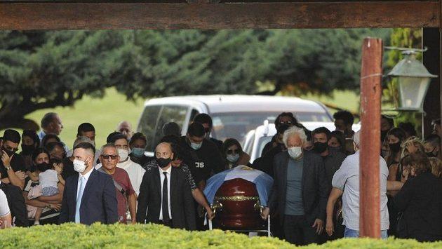 Rakev s tělem Diega Maradony převážejí na hřbitov.