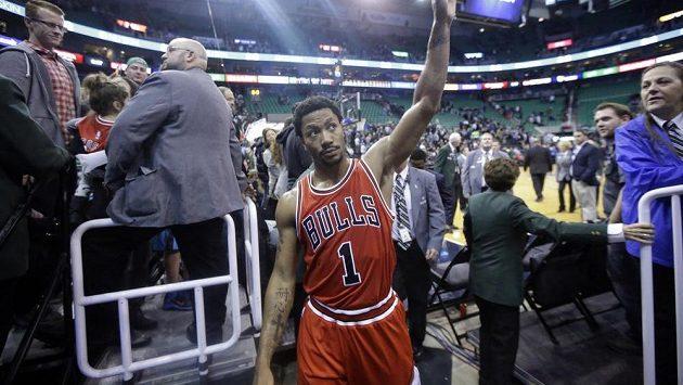 Basketbalista Chicaga Derrick Rose odchází z palubovky.