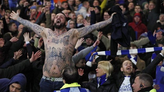 Originálně zdobený fanoušek Leicesteru při utkání s Watfordem.