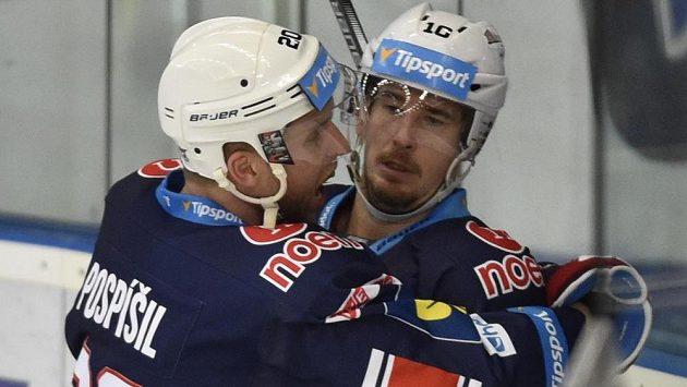 Útočníci Chomutova Tomáš Pospíšil a Roman Červenka se radují z gólu.