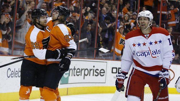 Kapitán Flyers Claude Giroux (vlevo) se raduje s Jakubem Voráčkem z gólu v utkání s Washingtonem. Vpravo Eric Fehr.