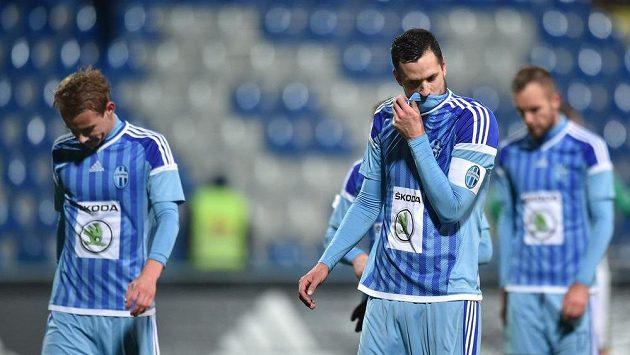 Zklamaný Lukáš Magera (vpravo) se spoluhráči z Boleslavi.