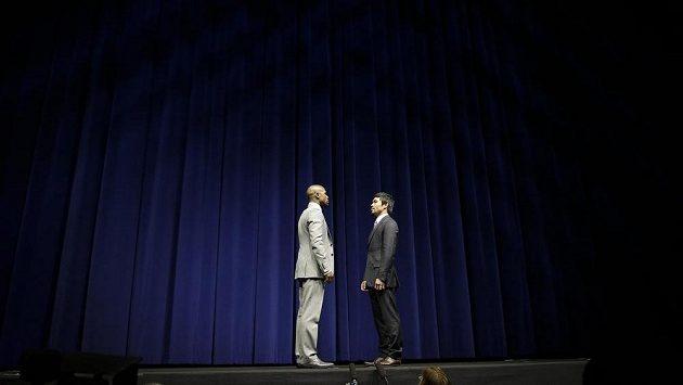 Boxeři Floyd Mayweather Jr.(vlevo) a Manny Pacquiao při tiskové konferenci v Los Angeles.