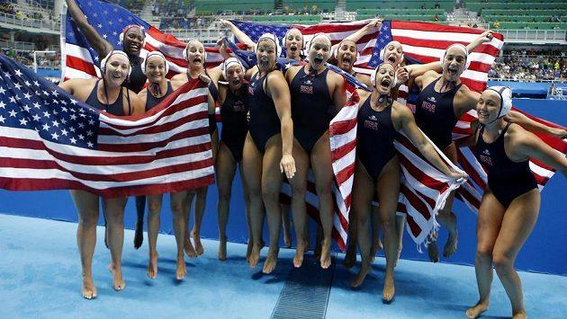 Americké vodní pólistky se radují z vítězství v olympijském finále.