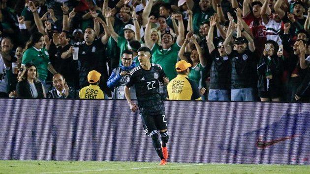 Mexičan Uriel Antuna během zápasu na mistrovství Střední a Severní Ameriky ve fotbale v souboji s Kubou.