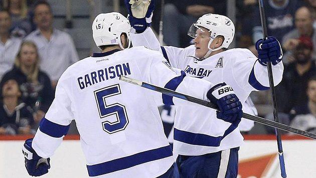 Jason Garrison (vlevo) gratuluje Ondřeji Palátovi k překonání jmenovce Pavelce v brance Winnipegu.
