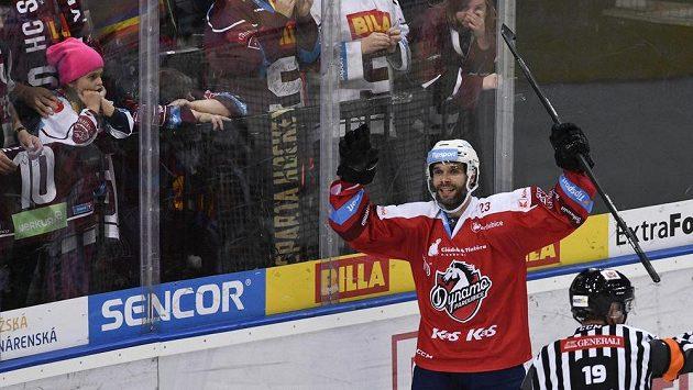 Michal Vondrka z Pardubic se raduje z gólu v brance Sparty.