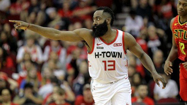 Zatím nejlepší střelec letošní sezony NBA James Harden oslavuje jednu ze svých trojek v zápase s Atlantou.