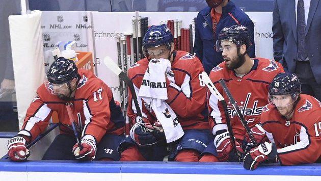Zklamaný kapitán Washingtonu Alexandr Ovečkin (druhý zleva) na střídačce během pátého duelu s New Yorkem Islanders.